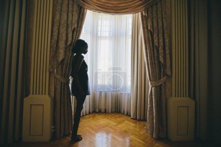 Photo pour Jeune femme noire dans la chambre - image libre de droit