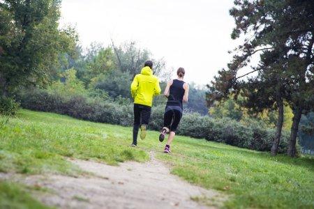 Photo pour Les jeunes qui courent dans le parc - image libre de droit