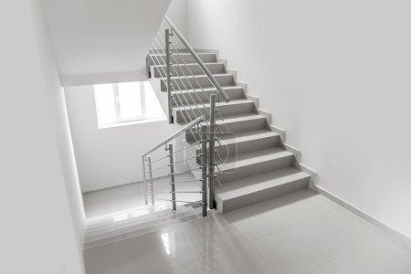 Photo pour Escalier blanc moderne dans le centre d'affaires - image libre de droit