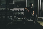Mladý muž, trénink v tělocvičně