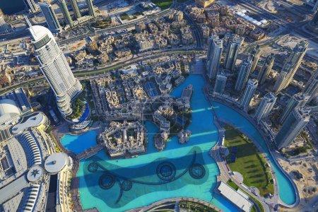 Photo pour Vue de la ville de Dubaï depuis le sommet d'une tour . - image libre de droit