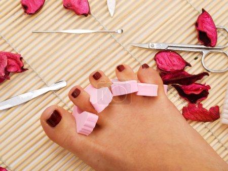 Photo pour Beaux pieds de femmes avec gros plan rouge pédicure - image libre de droit