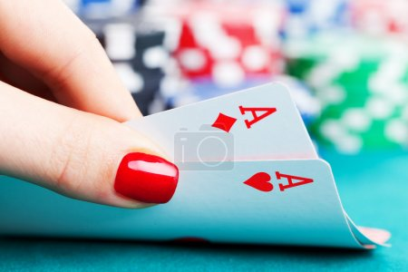 Photo pour Two aces and gambling chips in female hand - image libre de droit