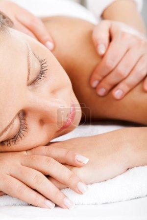 Mujer joven teniendo masaje