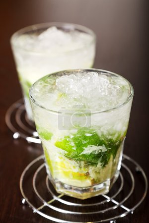 Photo pour Caipirinha cocktail comes from Brazil and is considered a characteristic drink of the country. It's simplicity, sweetness and popularity all over the world has made it one of the 50 greatest drinks of all time - image libre de droit
