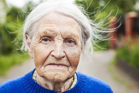 Photo pour Portrait d'une femme mûre âgée regardant vers la caméra, gros plan - image libre de droit