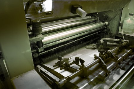 Photo pour Machine offset dans l'imprimerie, détail - image libre de droit