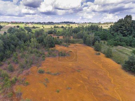 Photo pour Vieil acide sulfurique couleur orange réservoir naturel dans le sud de la Pologne - image libre de droit