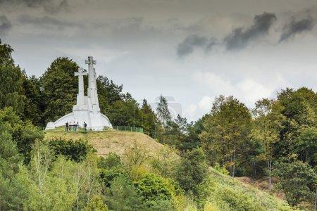 Photo pour La composition des trois croix sur la Montagne Chauve à Vilnius, Lituanie. En mémoire de ces moines franciscains tués . - image libre de droit