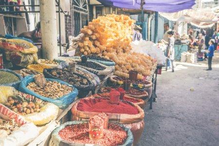 Vivid oriental central asiático mercado con bolsas lleno de varios sp