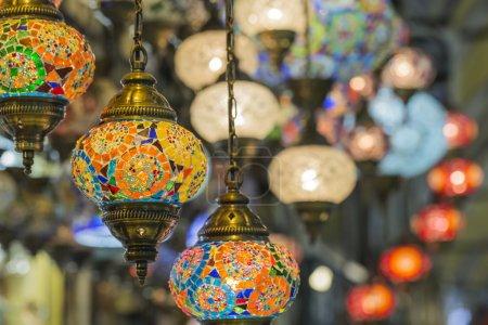 Photo pour Différentes vieilles lampes sur le Grand Bazar à Istanbul - image libre de droit