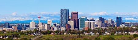 Photo pour Panorama de Calgary et des Rocheuses. Calgary, Alberta, États-Unis - image libre de droit