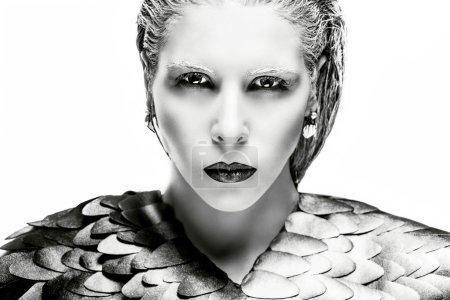 Photo pour Portrait de beauté haute couture d'une femme aux cheveux blancs et aux lèvres noires. Yeux foncés et peau blanche. Une fille comme un oiseau - image libre de droit