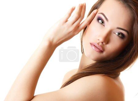 Photo pour Jeune belle femme aux cheveux bruns longs parfaits, fille regardant la caméra sur blanc - image libre de droit