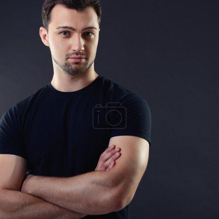 Photo pour Portrait de beau jeune homme sur noir - image libre de droit