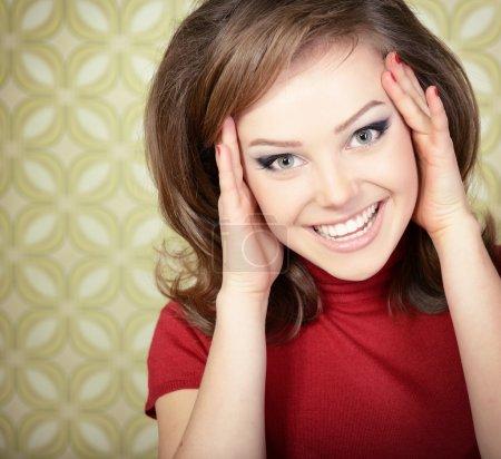 Photo pour Portrait d'art de jeune femme extatique souriante à la caméra dans la chambre avec le papier peint, stylisation rétro des années 60-70, tonique - image libre de droit