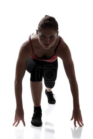 Photo pour Bas début, sport femme va pour courir, studio silhouette tourné sur fond blanc - image libre de droit