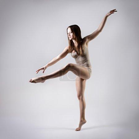 Photo pour Fille teen jeune belle danseuse danse, série studio - image libre de droit