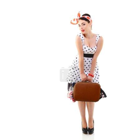 Foto de Fotográfica con maleta en vestido manchado, el retrato retro longitud completa de la joven mujer sexy feliz en estilo pin-up, vintage estilización sobre blanco - Imagen libre de derechos