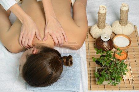 Photo pour Portrait de jeune belle femme dans l'environnement spa obtient massage - image libre de droit