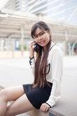 Podnikatelka mluvící telefon