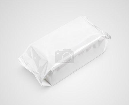 Photo pour Essuie-mains humides cosmétiques grand paquet sur fond gris avec chemin de coupe - image libre de droit