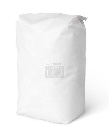 Photo pour Sac en papier blanc paquet de sel isolé sur blanc avec chemin de coupe - image libre de droit