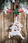 Vánoční peg. Na dřevěné desce s připnuté kolíčky vánoční ozdoba