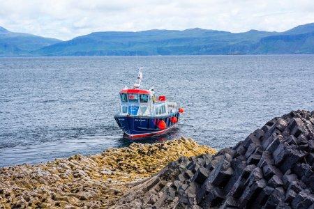 Photo pour Staffa depuis le vieux norrois pour stave ou pilier de l'île, est une île des Hébrides intérieures en Argyll and Bute, Écosse. Les Vikings lui donnèrent ce nom comme eux de leurs maisons, qui ont été construits d'arbre placé verticalement l'a rappelé ses orgues basaltiques-lo - image libre de droit