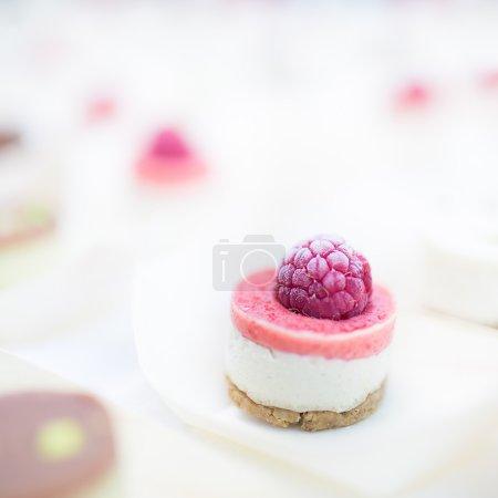 Photo pour Closeup cru crème rose framboise biscuit - image libre de droit