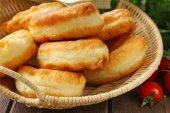 Domácí smažené pirohy s bramborem, rustikální styl
