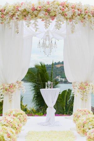 Photo pour Arrangement floral lors d'une cérémonie de mariage - image libre de droit