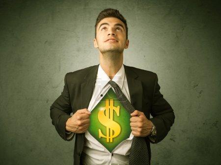 Photo pour Homme d'affaires arrachant sa chemise avec signe dollar sur la poitrine concept sur fond - image libre de droit