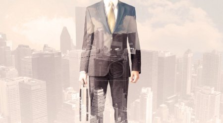 Foto de Hombre de negocios guapo con fondo de paisaje urbano superpuesto - Imagen libre de derechos