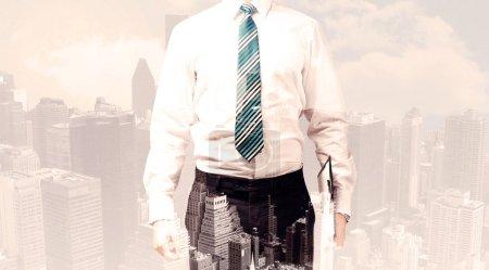 Photo pour Beau homme d'affaires avec superposition paysage urbain arrière-plan - image libre de droit