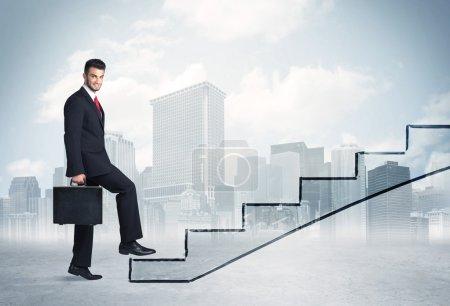 Photo pour Homme d'affaires devant un escalier, ville en arrière-plan - image libre de droit