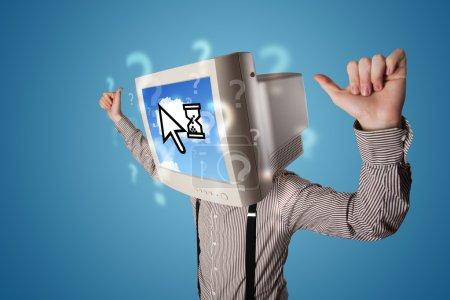 Photo pour Personne avec une tête de moniteur et une technologie basée sur le cloud à l'écran, fond bleu - image libre de droit