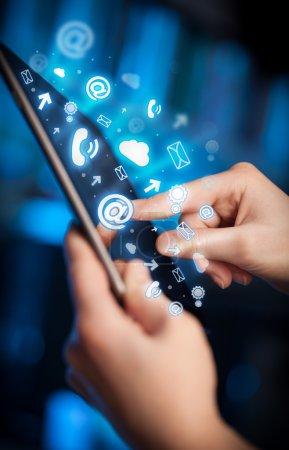 Photo pour Doigt pointant sur tablette pc, concept de médias sociaux - image libre de droit