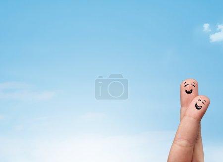 Photo pour Heureux joyeux sourire doigts regardant ciel bleu clair copyspace - image libre de droit