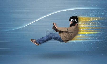 Photo pour Jeune homme conduisant dans une voiture imaginaire rapide avec un concept de lignes floues - image libre de droit