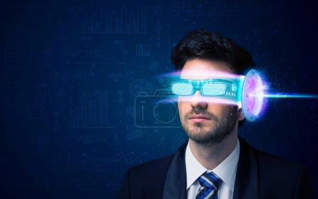 Hombre del futuro con gafas de teléfono inteligente de alta tecnología