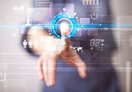 Photo pour Femme d'affaires touchant les futurs boutons et icônes de la technologie Web - image libre de droit