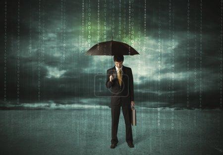 Photo pour Homme d'affaires debout avec le concept de protection des données parapluie sur backgroun - image libre de droit