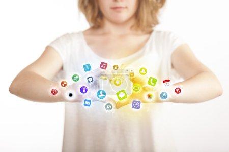 Mains créant un formulaire avec des icônes d'application mobile
