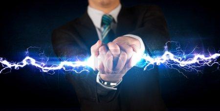 Photo pour Homme d'affaires tenant boulon de lumière électrique dans son concept mains - image libre de droit