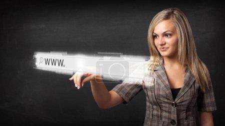 Photo pour Jeune femme touchant barre d'adresse du navigateur Web avec www sig - image libre de droit