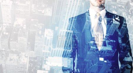 Foto de Persona de negocios de pie con paisaje urbano azul en el fondo - Imagen libre de derechos
