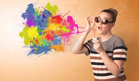 Photo pour Mignon fille soufflant bulle graffiti spalsh dans le mur - image libre de droit