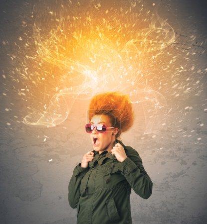 Photo pour Concept de cheveux de jeune femme avec explosion énergique rouge sur fond - image libre de droit