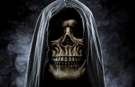 Photo pour Portrait d'un crâne dans le capot sur fond noir et brumeux - image libre de droit
